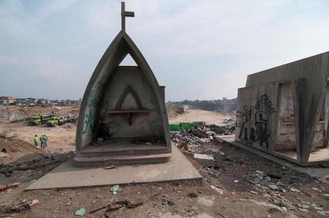 guatemala-cemetery-dump-cross